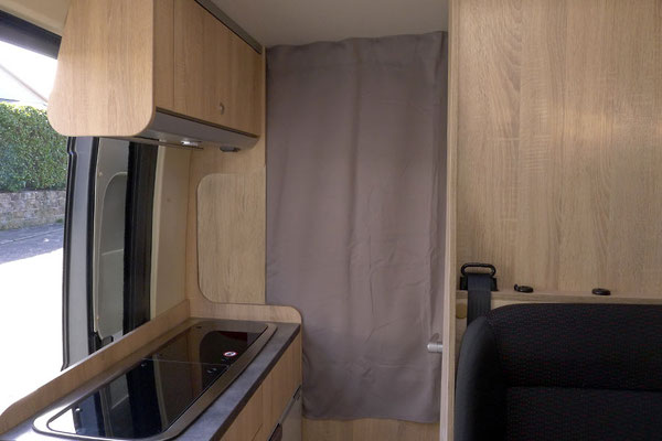 Schlafzimmer-Verdunklung und Isolierung: Vorhang in Kombination mit einem leicht entnehmbaren Brett zum Verschließen der Aussparung im Bereich Spüle und Kopfteil des Betts