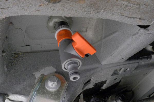 Ein Gardena-Ventil macht das Ablassen des Frischwassers wesentlich einfacher und ersetzt den Innenverschluss