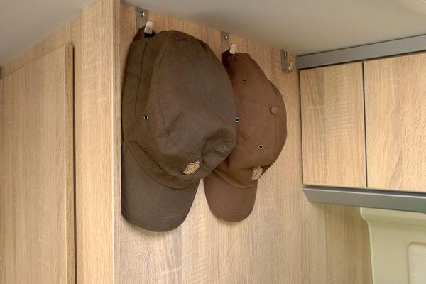 Jetzt sind Jacken und Caps immer griffbereit dank Edelstahlhaken (IKEA Blanka)