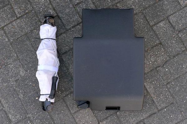 Rechts die Originalverpackung des Wagenhebers - links ausgepackt und klapperfrei zusammengerollt