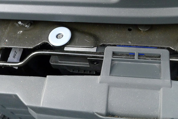 Teflon-Möbelgleiter mit M4 Schraube befestigt
