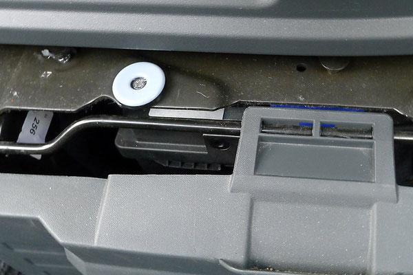 Der Teflon-Möbelgleiter wurde mit einer flachen M4 Schraube mit Mutter und Unterlegscheibe befestigt