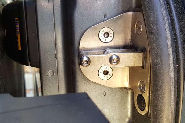 """""""Pössl-Softlock"""": Die Zuziehhilfe (2. Generation) kann durch Pössl-Händler mit einer speziellen App über Bluetooth eingestellt werden. Der Hersteller ist die Fa. INVETIC, Ravensburg. Der schwarze Punkt ist der Kontakt für den Magneten!"""