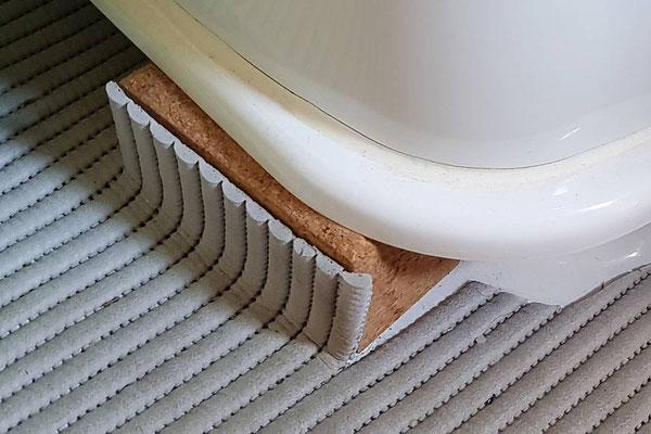 """Optimierung der Thetford C200 Toilette: Wir lassen den Unterbau immer in der """"Wandstellung"""", in der auch die Entnahme der Kassette erfolgt. Dadurch ist die ganze Einheit deutlich stabiler."""