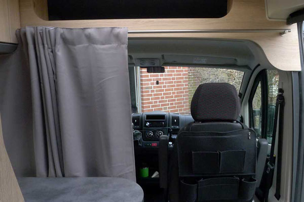 Fahrerkabinenvorhang an Edelstahlstange: verdunkelt und isoliert sehr gut!