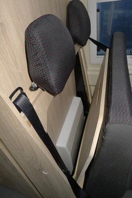 Hinter der Sitzbank kann man auch Kleinigkeiten verstauen