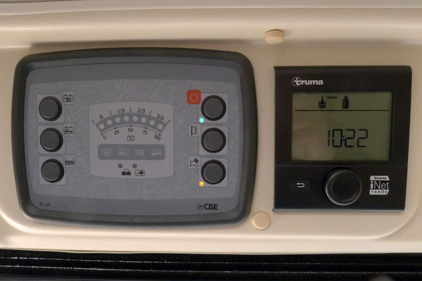 CBE PC150-Panel und Truma CP+: Die Steuerung für Strom, Licht und Heizung. Die LED-Anzeigen sind recht ungenau, erfüllen aber ihren Zweck.