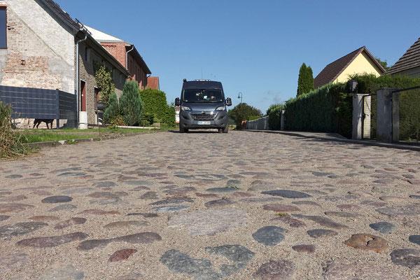 Seltsam, dass nach mehr als 25 Jahren viele Dorfstraßen noch immer so aussehen: Romantisch, aber schlecht zu befahren! (A)