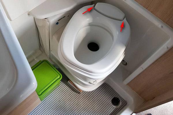 """Wir drehen bei Benutzung nur den Sitz. Voraussetzung ist allerdings die Entfernung der Deckelscharniere zum Entnehmen des Deckels, da dieser wegen der Wandaussparung sonst nicht komplett aufgeklappt werden kann. Deckel """"danach"""" einfach wieder auflegen!"""