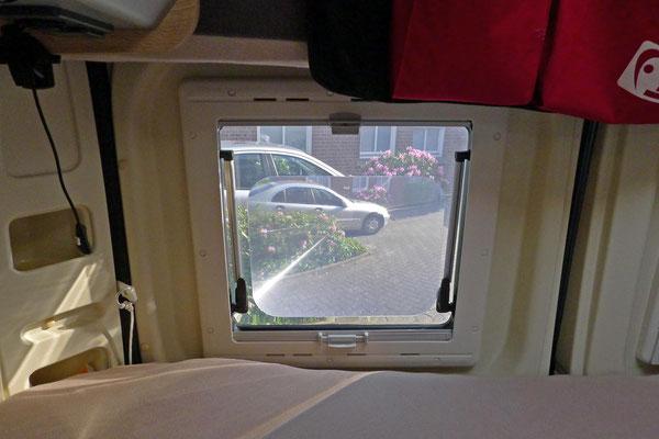 """Die Fresnel-Linse ermöglicht mit einem nicht serienmäßigen Innen-Rückspiegel den Blick auf den Verkehr hinter dem Fahrzeug. Ohne die Linse kann man vom Fahrersitz nicht gerade nach hinten schauen! Auf die richtige Größe """"für Fahrzeuge ab 5m Länge"""" achten!"""