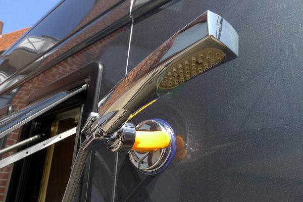 Saughalterung für die Brause. Jetzt kann man die Außendusche optimal nutzen.