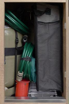Gaskasten mit Abstandsgitter für Gasentlüftungsöffnung, Auffahrkeilen und Wasserschlauch