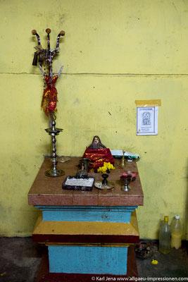 """Hindualtar in der Teefabrik zu Ehren des """"Gottes für Elektrizität"""""""
