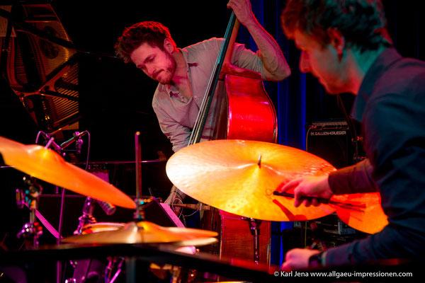 Florian Herzog am Bass und Jan F. Brill am Schlagzeug von den Wettbewerbsteilnehmern TURN
