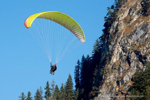 Gleitschirmflieger am Tegelberg
