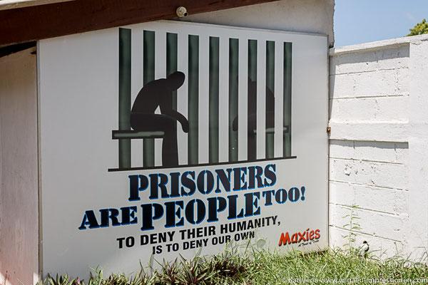 an Gefängnismauer