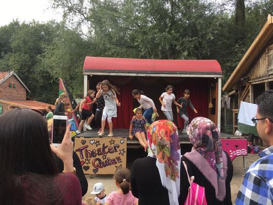 """""""Typisch Eltern!"""", Theater Bremen / BGO / Kinder- und Jugendfarm Habenhausen, Foto: Leonard Rocita"""