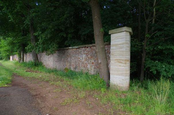 Mauer zum Wildpark der Markgrafen von Ansbach, Reste bei Triesdorf, aufgenommen 150623