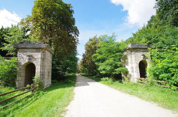Die beiden Torhäuschen am Eingang zu Carinhall, Görings Sitz in der Schorfheide, aufgenommen 140819