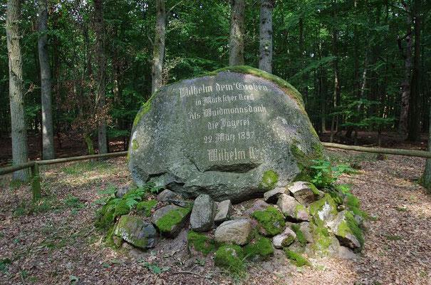 Gedenkstein der Jäger für Wilhem II 1892 am Gedenksteinweg Hubertusstock, aufgenommen 140821