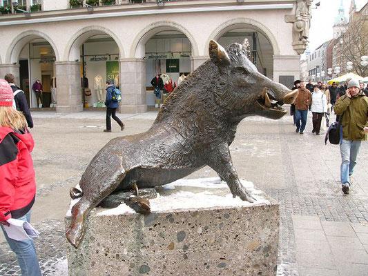 Der berühmte Keiler vor dem Jagdmuseum in München, aufgenommen 060227