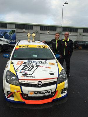 Die glücklichen Gewinner neben dem Einsatzfahrzeug (v.r. Jürgen Klein und Niklas Meisenzahl) - Bild: NM