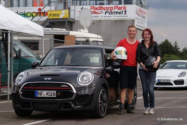 Die glückliche Gewinnerin der Taxifahrt, Bente Hansen, neben Rennfahrer, Niklas Meisenzahl, am Mini JCW © Bild: bibamafoto.de