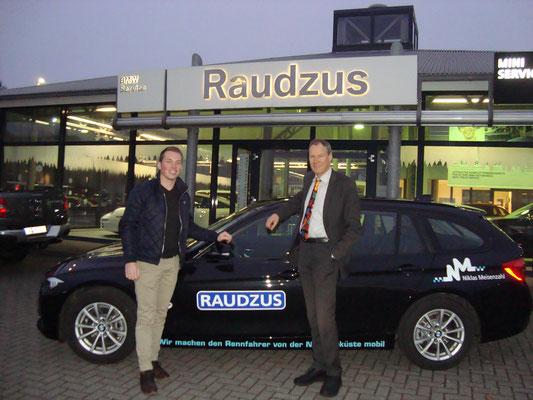 Geschäftsführer der Karl Raudzus & Söhne GmbH & Co. KG, Rauke Raudzus, mit Meisenzahl vor dem neuen Privatfahrzeug