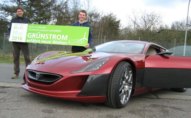 Das stärkste Elektrofahrzeug der Welt – Rimac Concept_One neben Meisenzahl und Stephan Wiese (Projektmanager GreenTEC Campus) (v. r.)