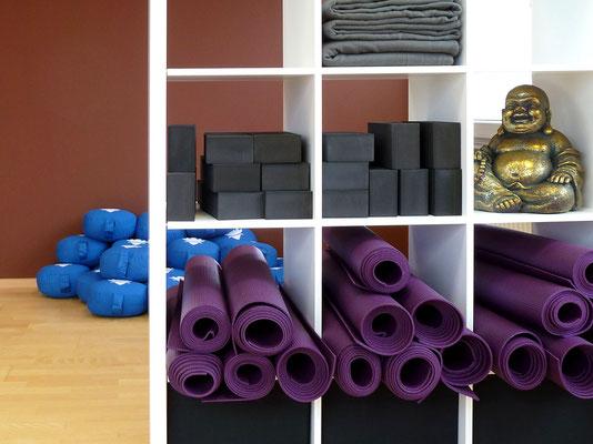Hilfsmittel, Yogablock, Sitzkissen, Decke, Yogamatte
