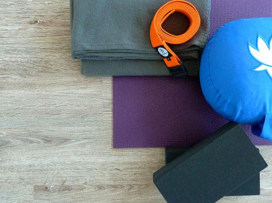 Hilfsmittel, Yogagurt, Yogablock, Sitzkissen, Decke, Yogamatte