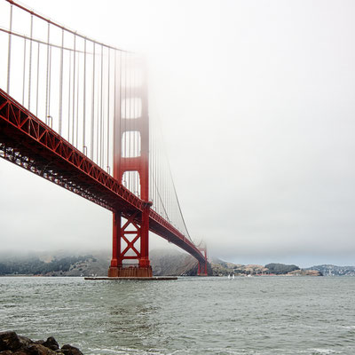 Der Blick von Fort Point auf die Golden Gate Bridge. Hier rettet Scottie im Film Madeleine (Kim Novak) vor dem Ertrinken.