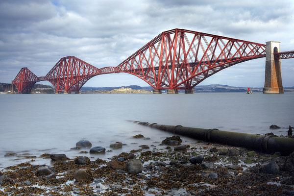 """Die Eisenbahnbrücke """"Forth Bridge"""" im Westen Edinburghs"""