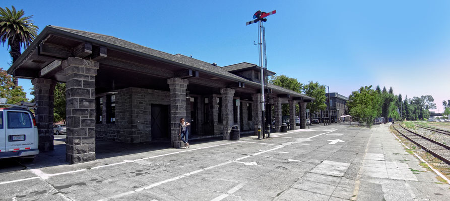 Der ehemalige Bahnhof von Santa Rosa. Heute ist hier die Touristeninformation untergebracht, bei der man sich im Zweifelsfall direkt nach der Adresse des Newton Hauses erkundigen kann. .