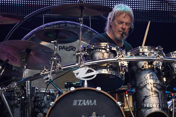 Optisch dezent im Hintergrund bleibt Drummer Frank Beard