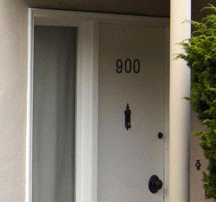 Nur die Farbe der Tür hatte sich geändert. Inzwischen ist die Fassade komplett umgebaut worden.