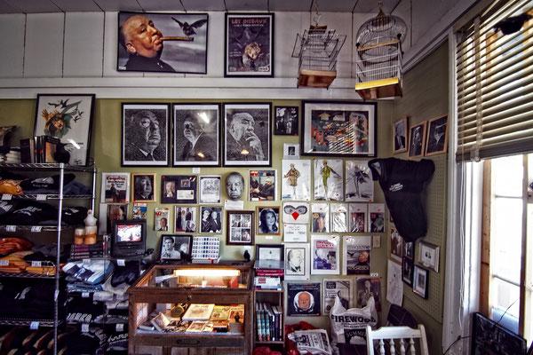 Hier gibt es von zeitgenössische Sammlerstücken bis zu aktuellem Merchandise, Postkarten und Ramsch fast alles.