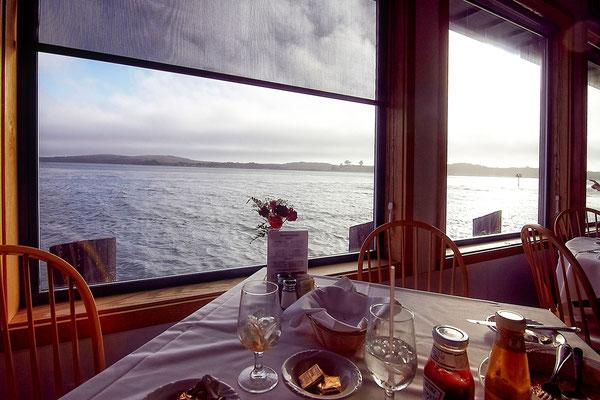 Blick aus dem Restaurant der Tides Wharf, in dem die Bewohner Bode Bays im Film vor den Vögeln Schutz suchen.