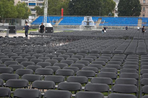 Bühnenaufbau für das Leonard Cohen Konzert am Bowling Green vorm Wiesbadener Kurhaus am 2. September 2010