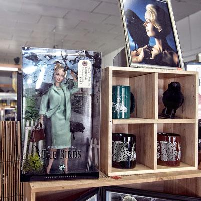Auch diese noch original verpackte Barbie von Melanie (im Film gespielt von Tippi Hedren). Natürlich stilecht mit Vögeln im Haar.