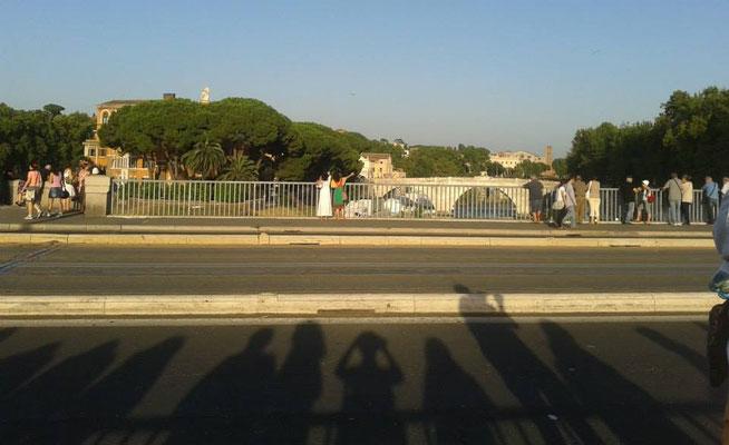 Pubblico in attesa della Processione della Madonna Fiumarola -  www.romaapiedi.com
