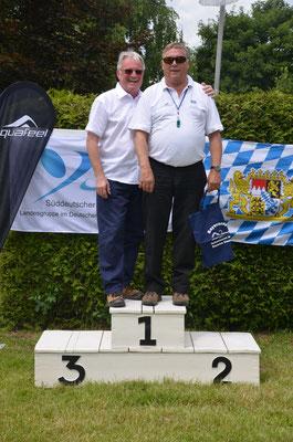 Die beiden Schwimmwarte testen das Siegerpodest: Jakob Rukatukl vom Süddeutschen und Frank Seidak vom Bayerischen Schwimmverband