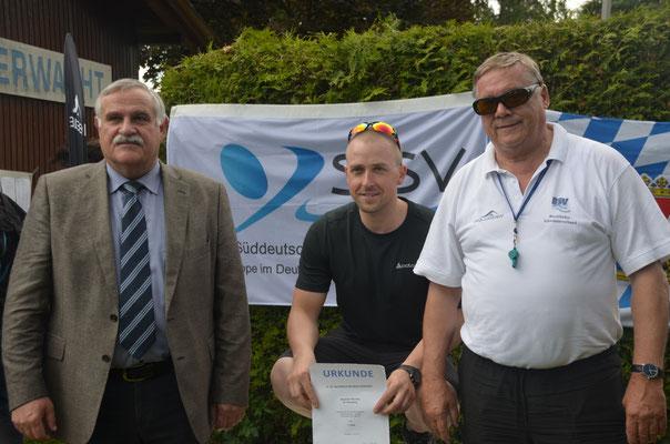 Bürgermeister Heinrich Krempl und Schwimmwart Frank Seidak gratulieren Alexander Mundry