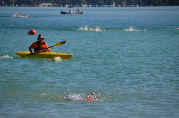 Die Sicherheit der Schwimmer wird durch fleißige Helfer gewährleistet
