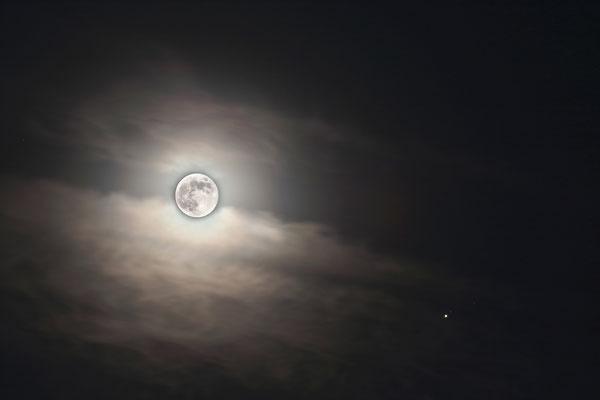 Vollmond und der Jupiter rechts unten