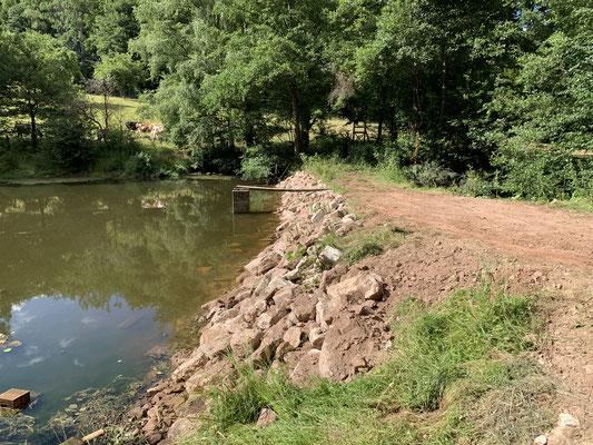 Steinschüttung am Damm 07-20