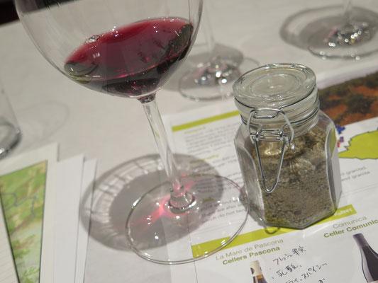 土壌は様々なタイプがあります。土壌のサンプルを見ながらの試飲は気合が入ります。