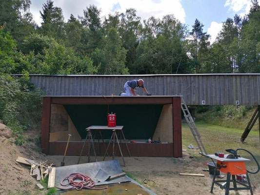 Das Dach ist drauf und wird abgedichtet.