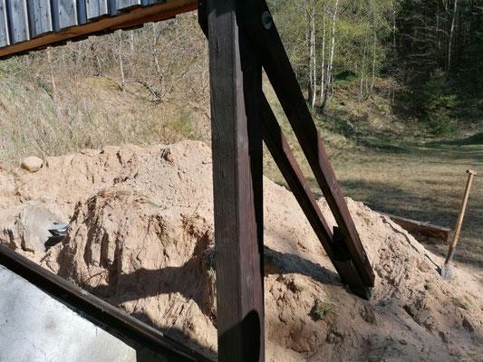 Die Stahlplatten mussten von mehreren Tonnen Sand befreit werden