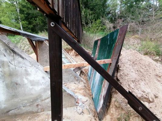 Die schwere Stahlplatte wurde mittels Schneidbrenner in mehrere Segmente geschnitten und nach hinten gekippt